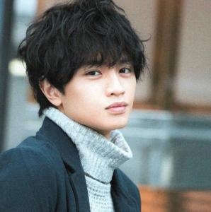 中島健人髪型 黒髪ウェーブ(カール)2