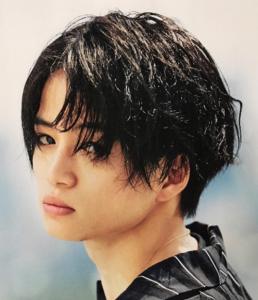 菊池風磨髪型 黒髪ウェーブ(カール)2